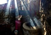 bir Afgan kadını evinde ekmek hazırlıyor.-AP Photo/Rahmat Gul