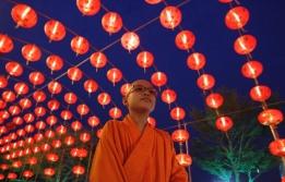 Bangkokda budist rahip kıyafetine uyumlu ışıklar altında yürüyor-REUTERS/Chaiwat Subprasom